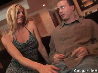 Slutty blonde hoe gives fantastique pipe