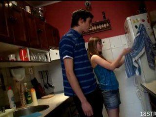 Irresistible remaja gets kacau di itu dapur