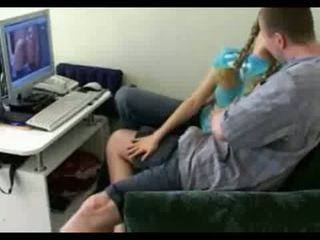 Mergaitė kitas durys gets spreads atviras apie namai video video