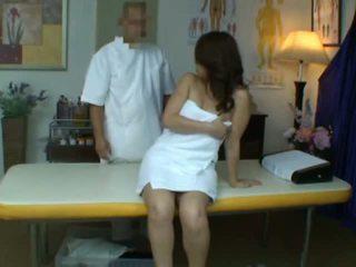 Млад съпруга reluctant оргазъм по време на здраве масаж