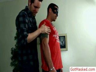 Lihaksikas ja tattooed hunk gets troked mukaan gotmasked
