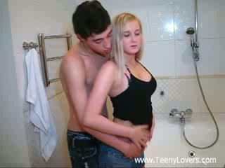 Tšikk lovers sisse the bath