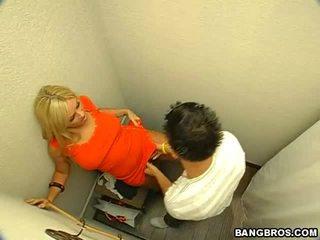 Blonde bombasse gets baisée en la toilettes