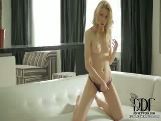 Süýji camila rubs herself