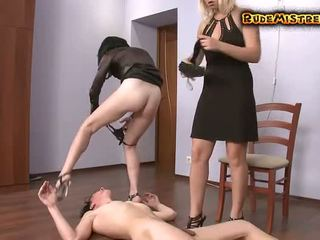 Guy βάναυσο dominated με two mistresses