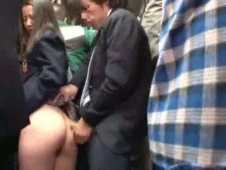 Nxënëse ledhatim nga stranger në një crowded autobuz