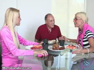 Rubia nena gets coño eaten por boyfriend