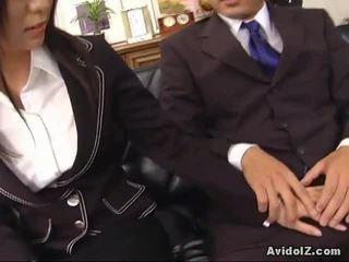 セクシー 秘書 satomi maeno touches an 醜い ディック!