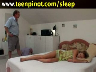 Schlafen mieze gefickt von senior