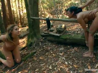 Tied opp chanel preston has henne brun tunnel bumped i en skog