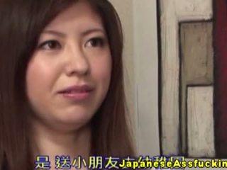 Asiatisk milf gets hjelpe med henne anal kuler