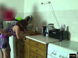 Step-mom แรง ระยำ และ ได้รับ น้ำแตก โดย step-son ในขณะที่ เขา เป็น stuck