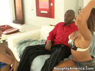 Concupiscent swarthy hore rane revere og henne sexy venn suge en stor svart kuk stick