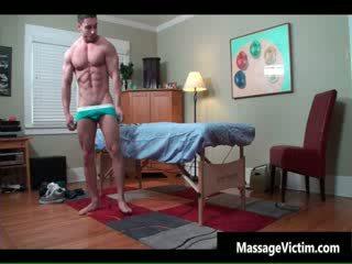 Super гаряча bodied guy gets змащена олією для гей