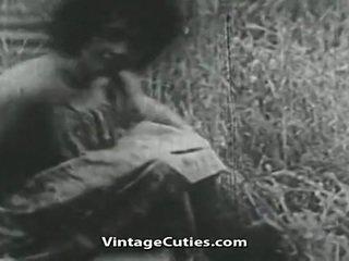 Meisje met groot boezem en harig kut geneukt in veld