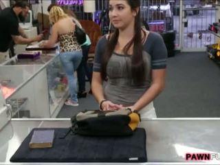 מכללה נערה trades שלה ספר ל a סקס ב the pawnshop