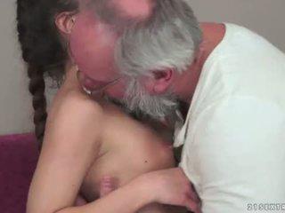 Teenie anita bellini gets गड़बड़ द्वारा एक ग्रॅनड्पा