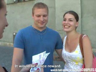 Fiatal pár takes pénz mert nyilvános négyesben