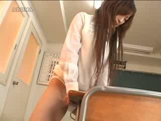 Japanies studente masturbare con scuola tavolo video