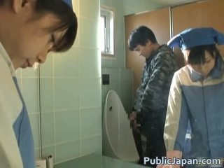 Aziatike fucked në tualet