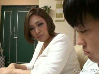 Reiko yumeno pleases disa njeri gati një wonderful marrje me cica